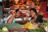 フィリピンの市場で働く人たち